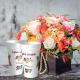 Eco-cup blanche avec fleurs colorées, personnalisés avec prénoms et date.